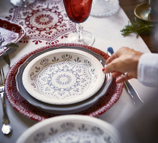 BORDDEKKINGSTIPS Pynting av julens festbord i rødt og hvitt Foto IKEA
