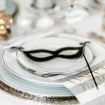 Glamorøs borddekking og festlige dekorasjoner til nyttårsfesten
