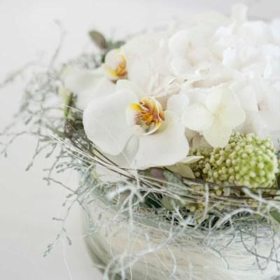 Blomsterdekorasjon i hvitt til festbordet