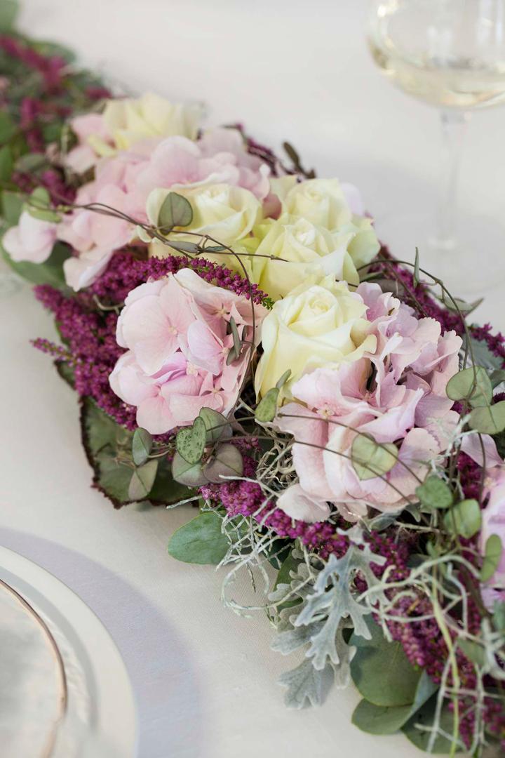 BORDDEKKINGSINSPO - Festbord med blosmterdekorasjon i rosa og lilla nyanser