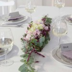 Blomsterdekorasjoner i rosa, lilla og lyng
