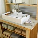 Industrielt baderomsmøbel av gulvbord og veggpanel