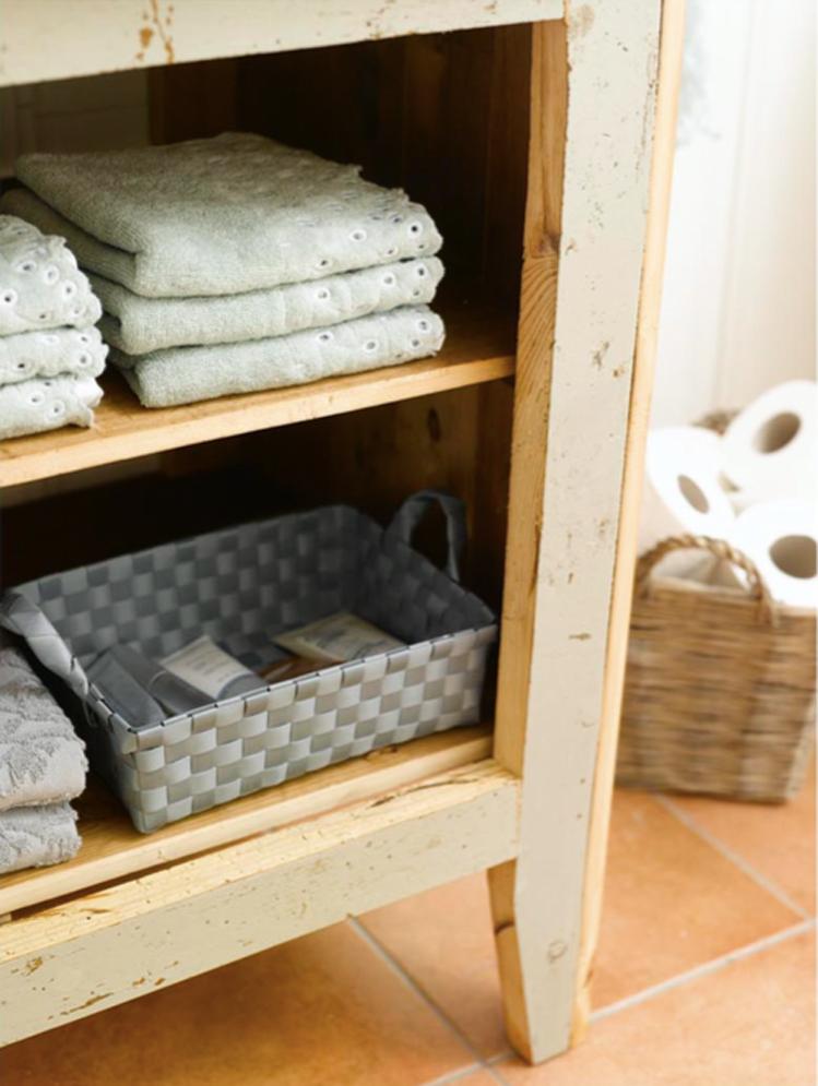 INTERIØRTIPS - DIY Hyllene har god plass til håndklær og toalettsakene oppbevares i praktiske kurver