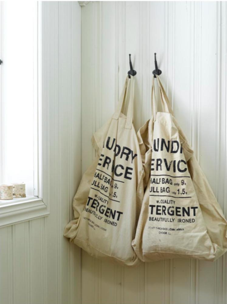 INTERIØRTIPS Skittentøysekkene er hengt opp i kroker på veggen