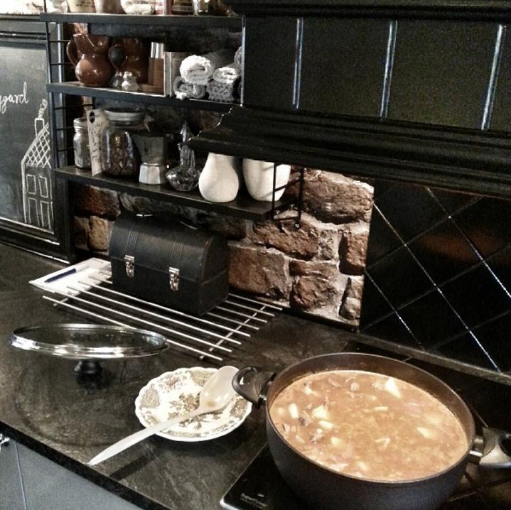 Putrende gryter på kjøkkenet hos Hildegard