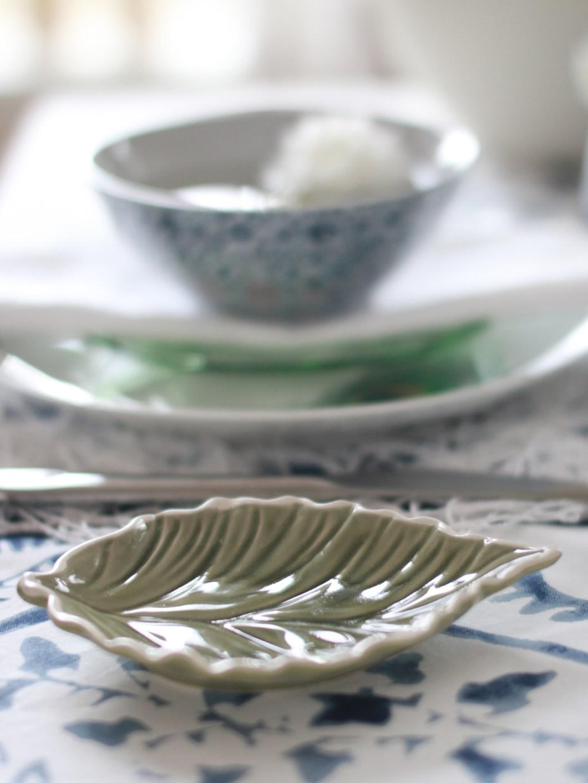 Blått og hvitt festbord med grønt