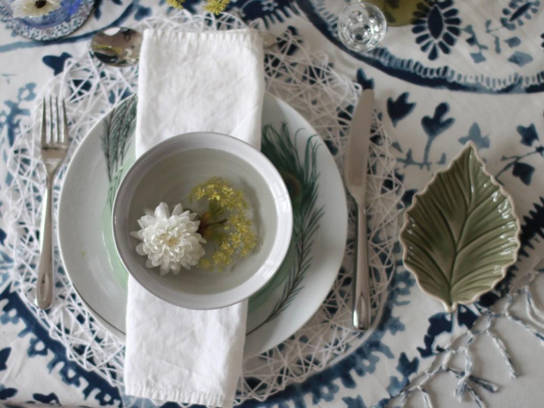Kuvertpynt og serviettbretting på festbordet