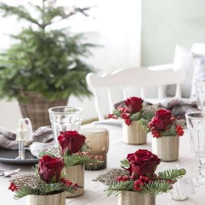 Borddekorasjoner med røde blomster på 10 måter til julens bord