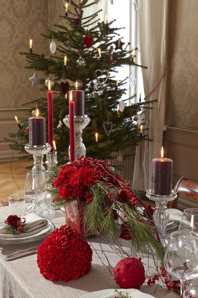 pynt-festbordet-med-rode-dekorasjoner