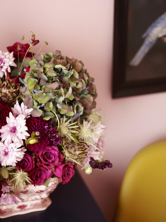 Bukett med hortensia, roser og georginer i oasis