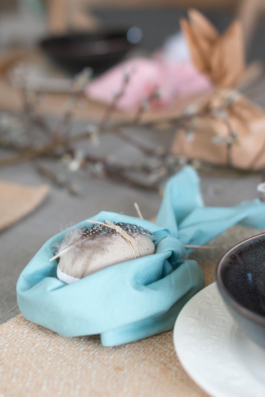 BORDDEKKINGSTIPS-DIY-Påske-kaniner-egg-fjær