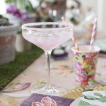 Borddekking med kaktus, sukkulenter, orkidéer og flamingo