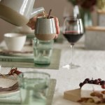 Dekk et stramt og moderne høstbord i skandinavisk stil