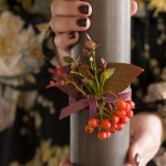 Idé til vertinnegave: Kubbelys med fløyelsbånd, rogn og lyng