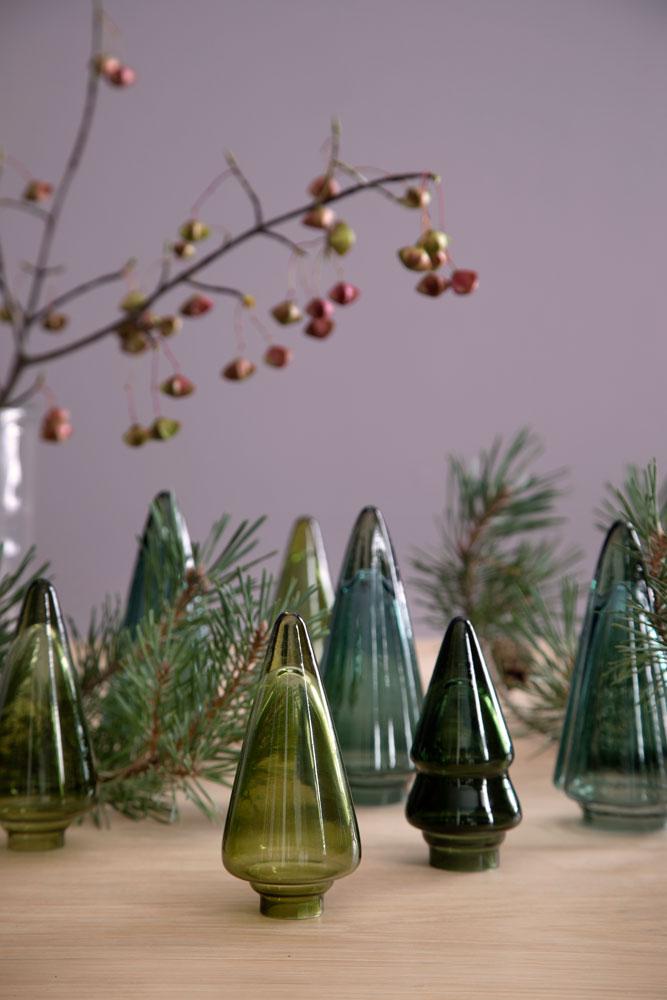 Bord med juletrær i grønt glass