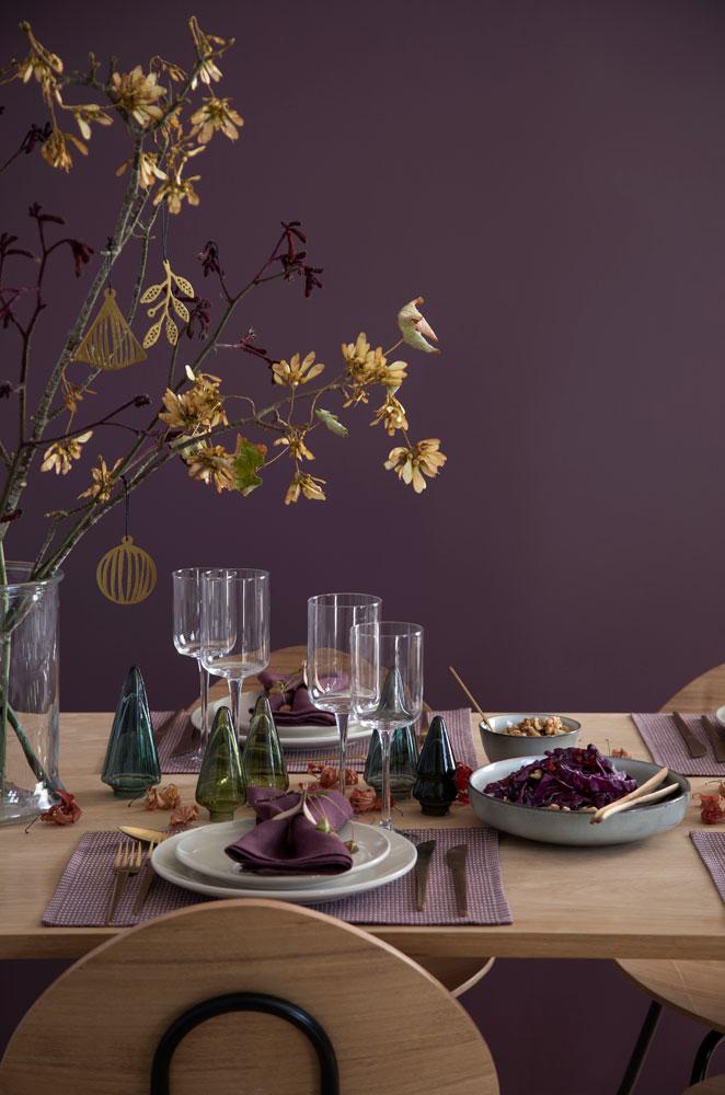 Bord i grønt og lilla passer fint som adventsbord.