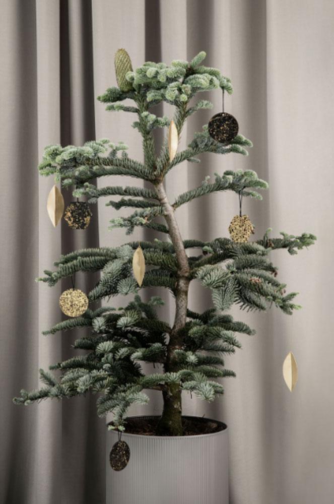 Sanselig fløyel, gylne metaller og mørke fargetoner er blant årets hotteste julepynt.