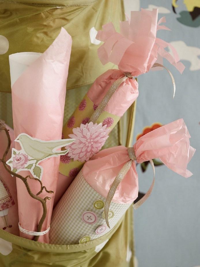 Adventskalendergaver med innpakking i rosa og lysegrønt.