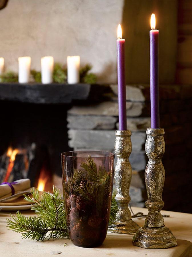 Julebord i naturmaterialer med lilla innslag.