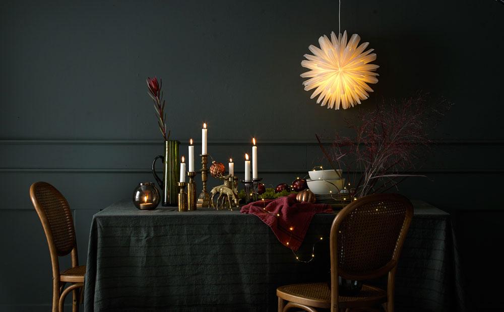 Julens festbord pyntet i moderne stil.