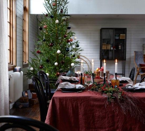 Julens festbord pyntet i klassisk stil.