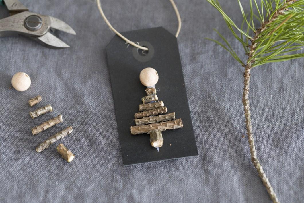 Til og fra-lapp dekorert med juletre av spede små kvister.