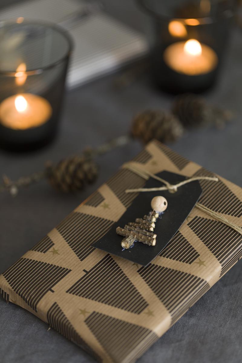 Til og fra-lapp på julegaven dekorert med juletre av spede små kvister.