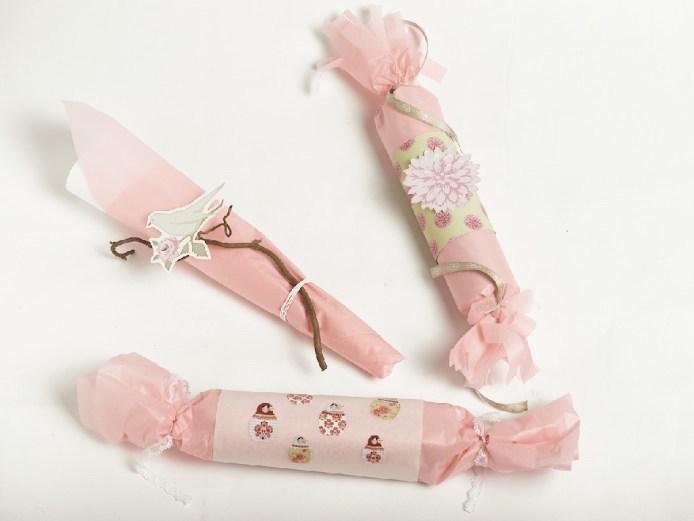Rosa gaver med detaljert dekor av blant annet fugler på en kvist.