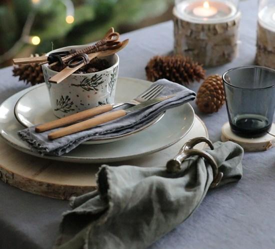 Kuvert i naturtoner på julens festbord.