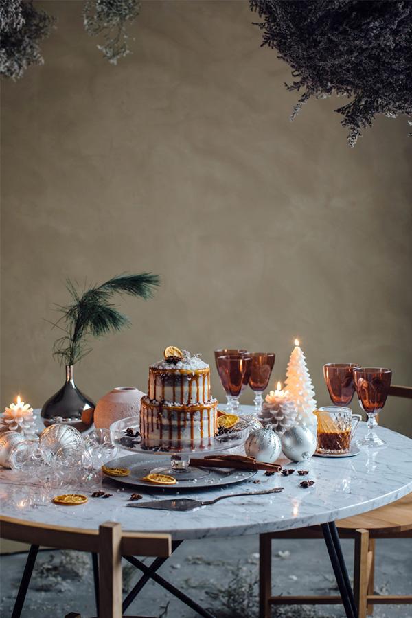 Bord i hvitt og sølv, med innslag av varme brune nyanser.