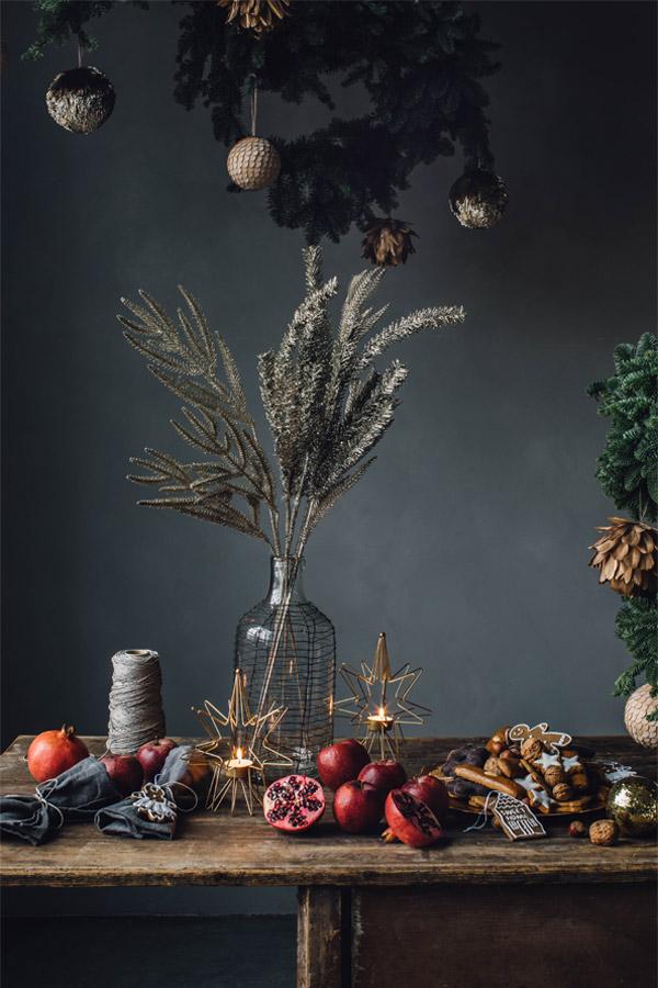 Julebord med blikkfang som er en vase med tørre strå.