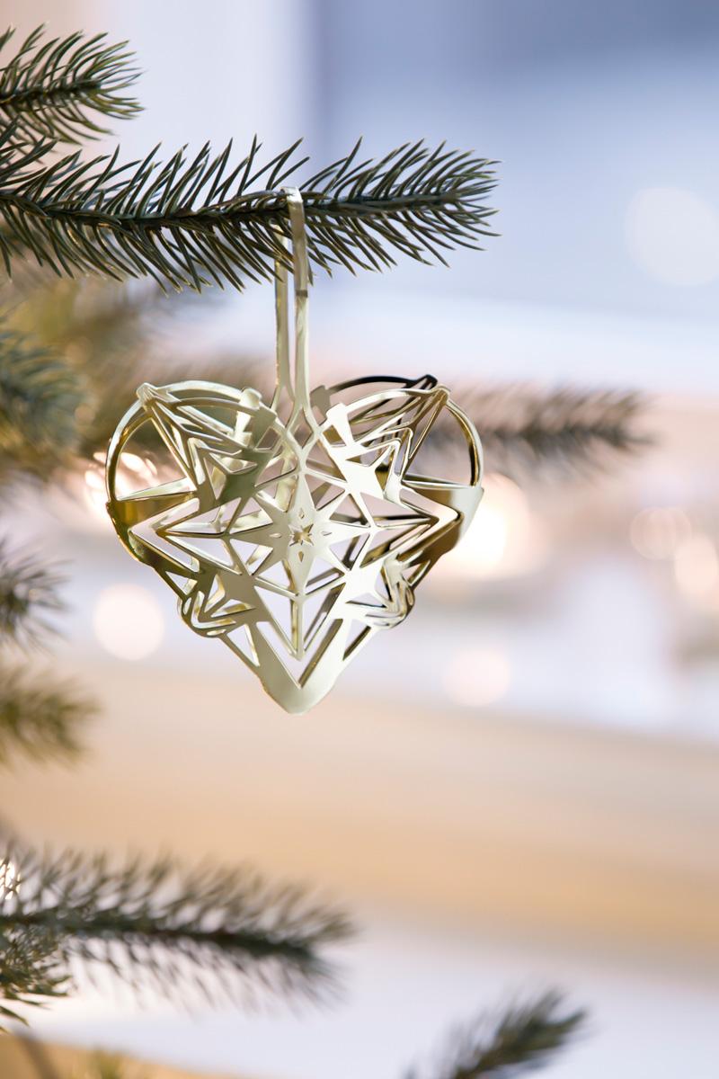 Julepynt: Hjerte i gull på juletreet.