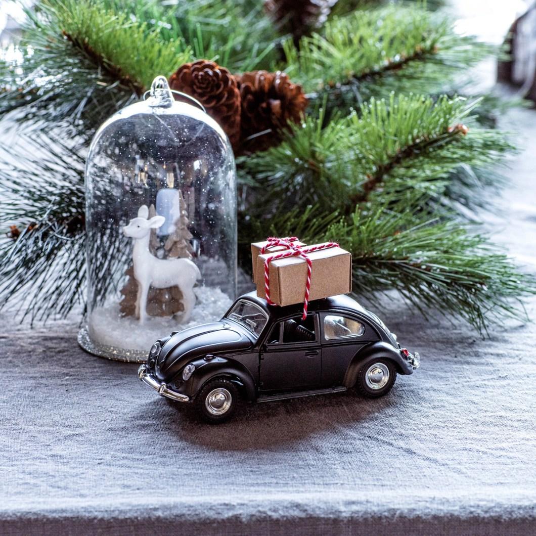 Pynt på julens festbord: vintage bil med pakke på taket.