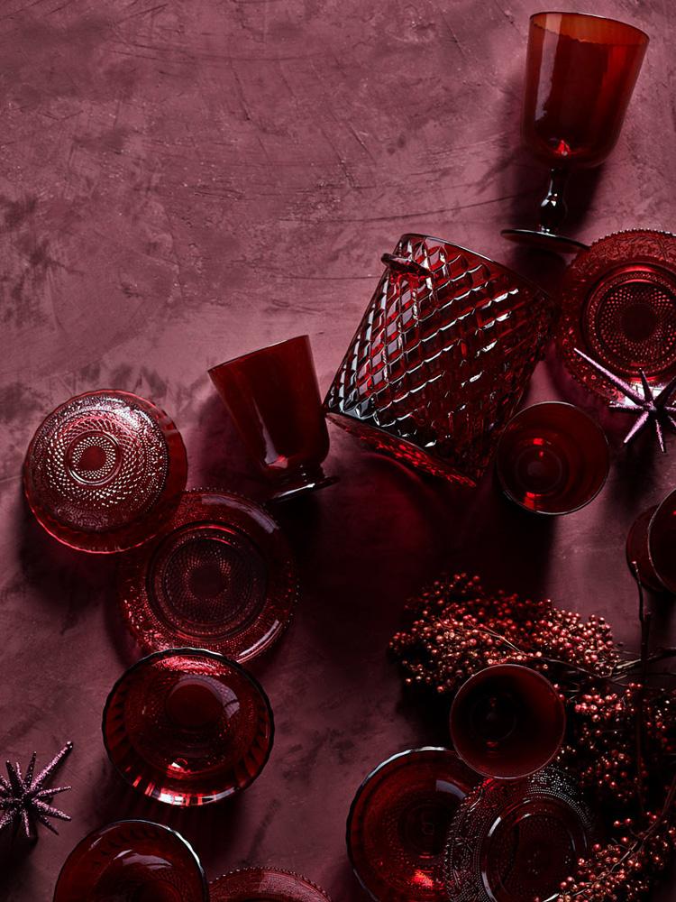 Farget glass i julens røde nyanser.