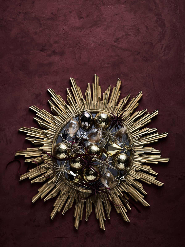 Gullspeil overdådig dekket med juletrekuler.