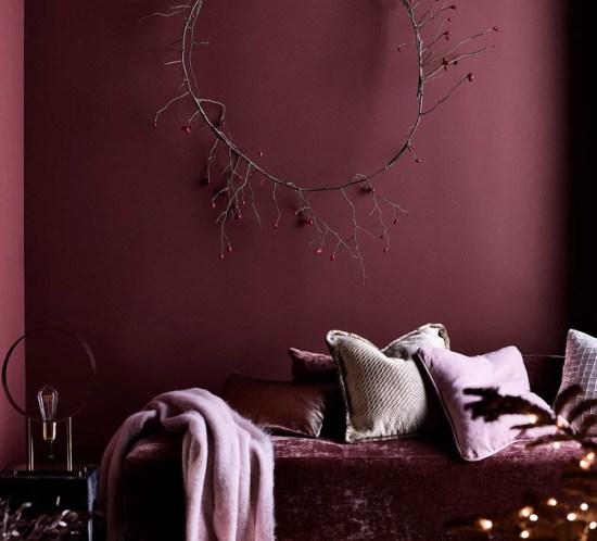 Stue i vinrøde og rosa nyanser.