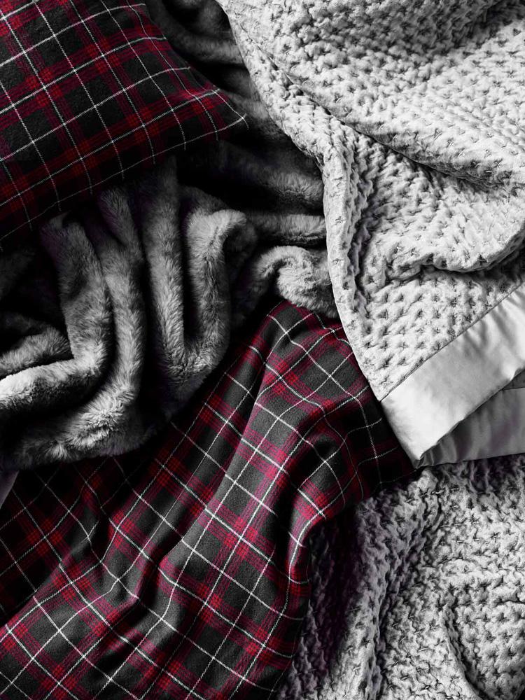 Tekstiler i grått og rødrutet.