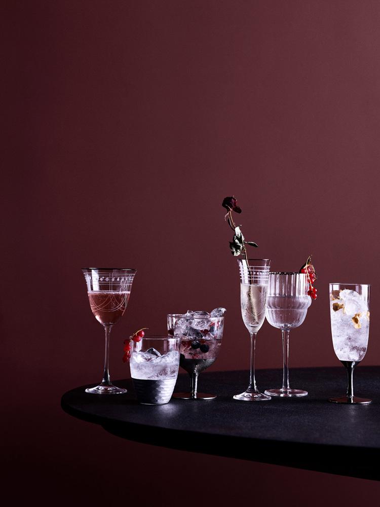 Elegante vinglass med gullkant.