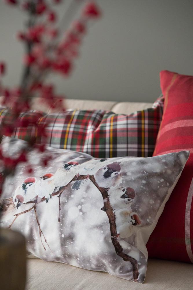 Sofa med puter i klassisk nordisk julestil