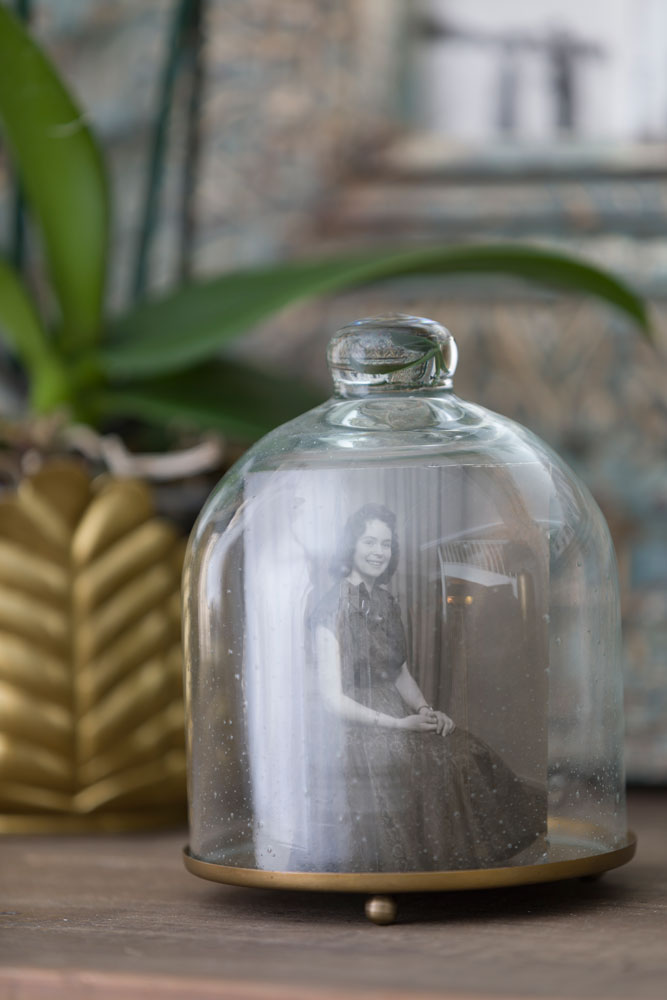 Et gammelt sorthvitt konfirmasjonsbilde puttet inn i en glassklokke.