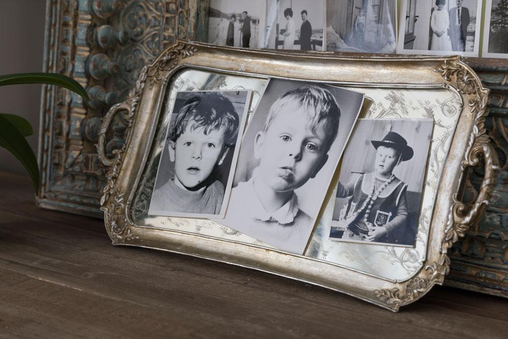 Gamle sorthvitt barnebilder med speilbrett som ramme.