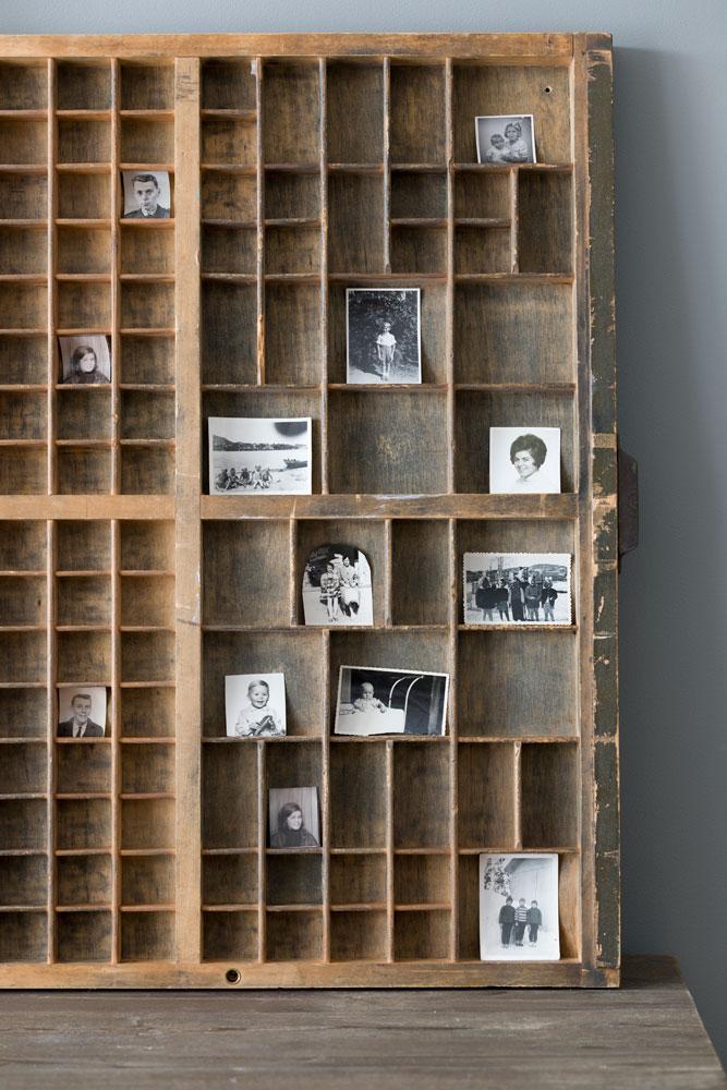 Gamle mini sorthvitt fotografier på utstilling i settekasse.