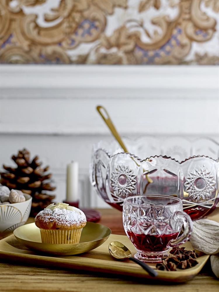 Dekket julebord med gløgg og muffins.