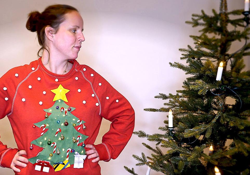 Hjemmelaget julegenser «ugly christmas sweater» med tekstilfarge, lim, glitter og julepynt!
