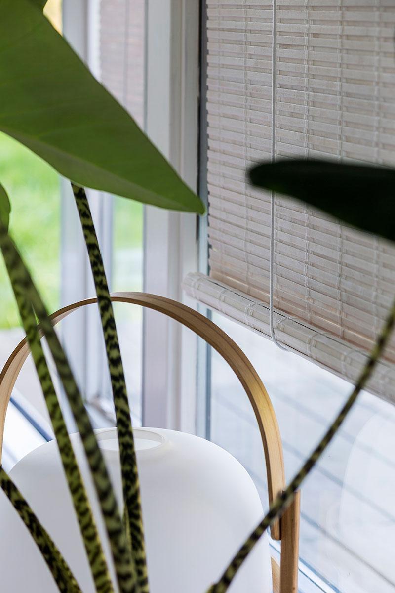 Vindu med rullgardin i bambus.