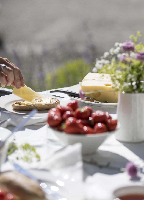 Borddekking av sommerbord på terrassen