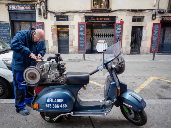 A grinder is working with his bike in front of restaurant Casa Leopoldo