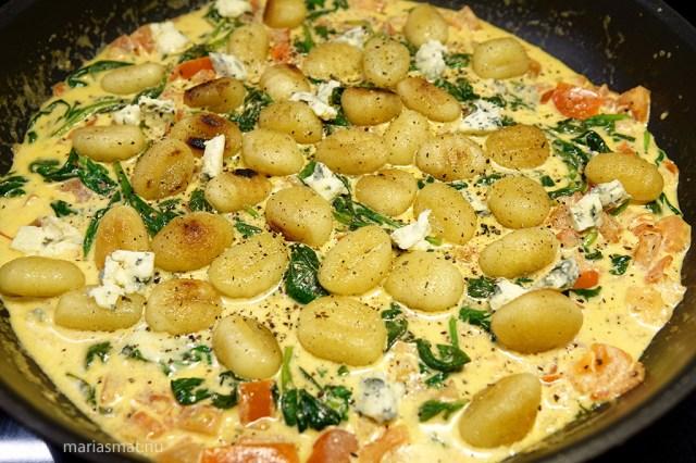 Gnocchi i tomat- och ädelostsås