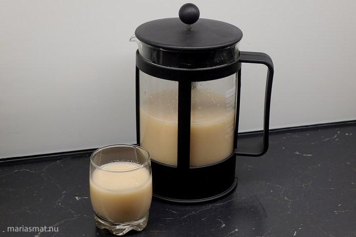 Växtdryck med kaffepressen
