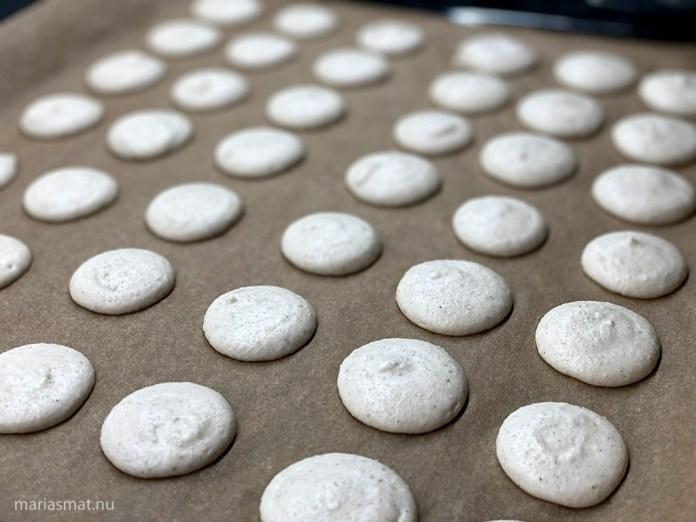 Kardemummamacarons med chokladfyllning